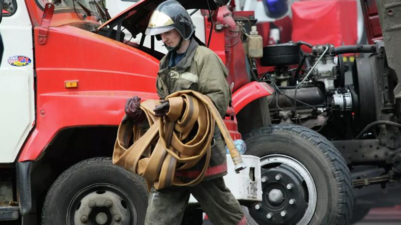 В Астрахани на площади 6000 квадратных метров горит сухой камыш