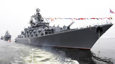 Ракетный крейсер «Варяг» на генеральной репетиции парада ко Дню ВМФ во Владивостоке