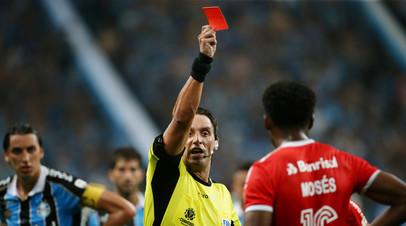 В матче Кубка Либертадорес арбитр показал восемь красных карточек
