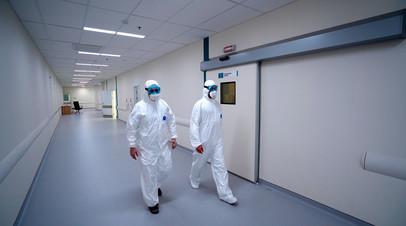 Сотрудники медицинского стационара на территории больничного комплекса в Коммунарке