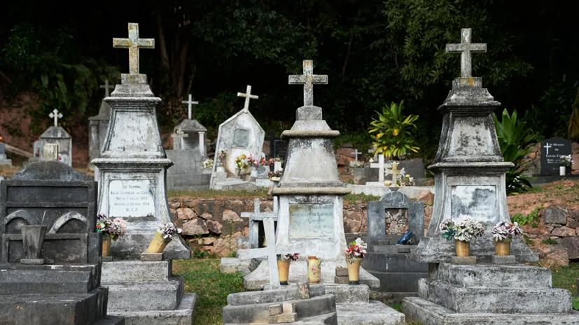 В Петербурге запретили посещение кладбищ