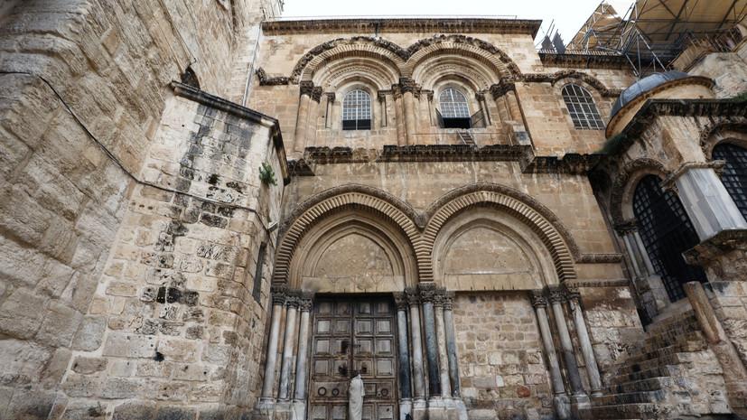 Благодатный огонь сошёл в кувуклии в храме Гроба Господня в Иерусалиме