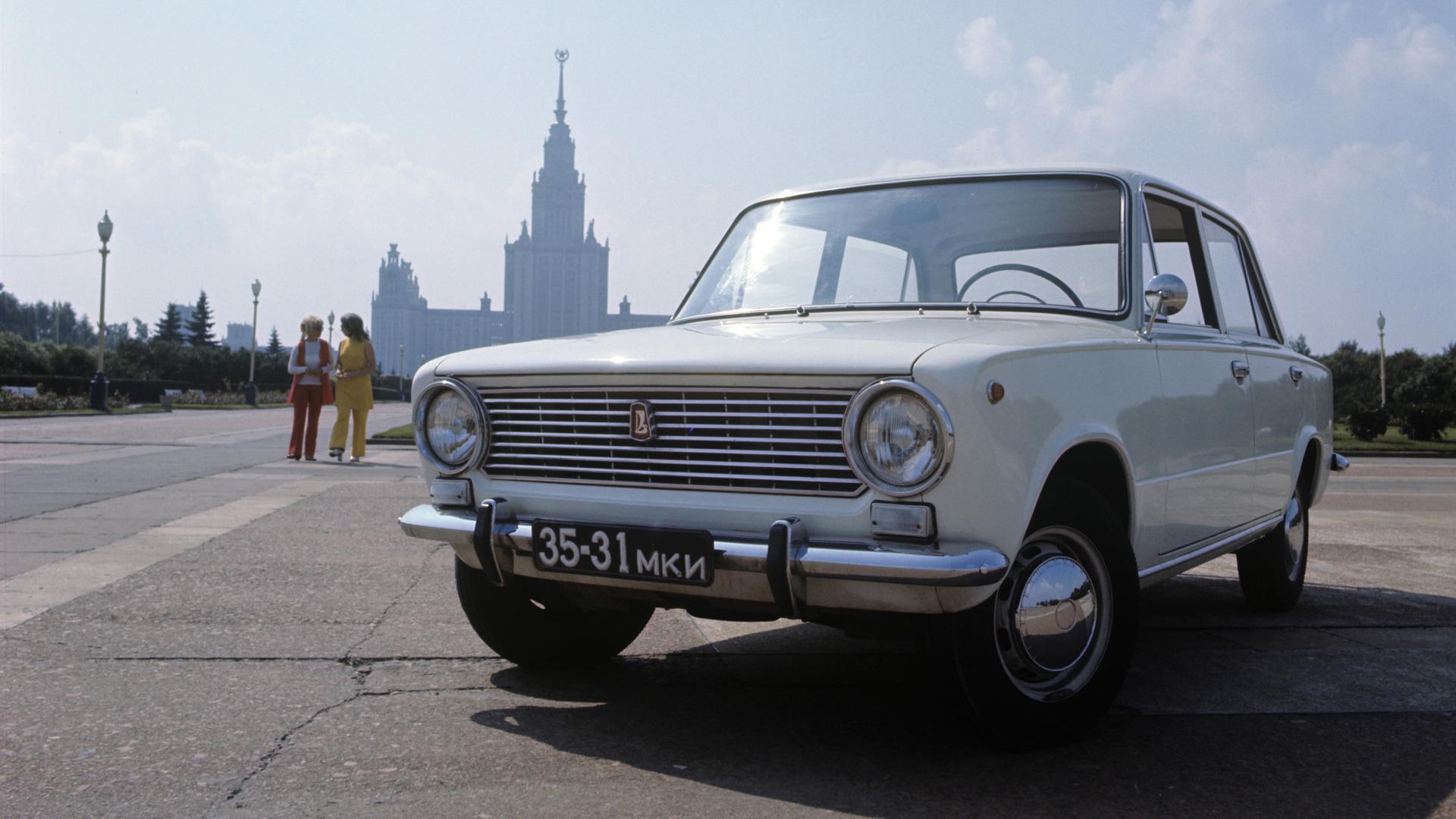 1 с заводского конвейера сошел первый автомобиль новой модели