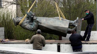 Погрузка статуи Ивана Конева в районе Прага 6