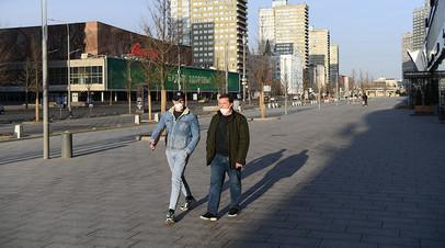 Прохожие в защитных масках на улице Новый Арбат в Москве