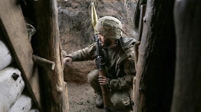 Украинский военнослужащий в районе села Желобок, Донбасс