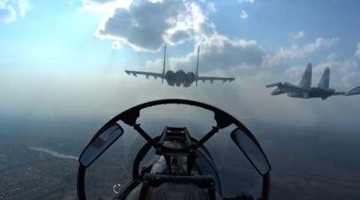 Истребители выстроились в виде числа 75 во время репетиции парада Победы — видео из кабины пилота