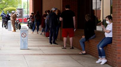 Очередь на подачу заявления о безработице в городе Форт-Смит (Арканзас, США)