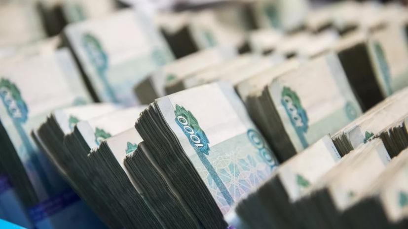 Поступление налогов в России в апреле снизилось на треть