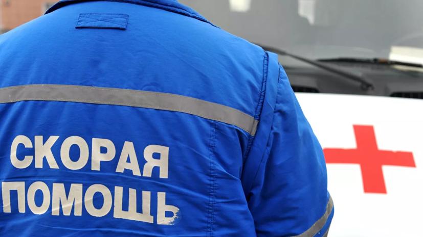 При обрушении строительных лесов в Петербурге погиб один человек