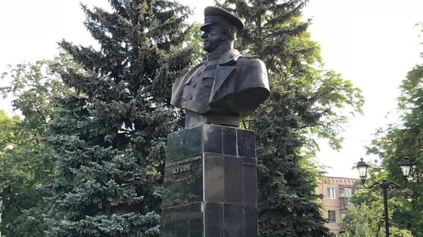 СМИ: В Харькове неизвестные облили памятник Жукову краской