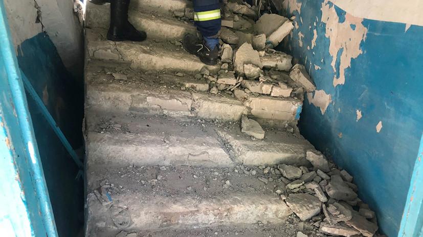 При обрушении лестничных маршей в доме в Энгельсе пострадала женщина