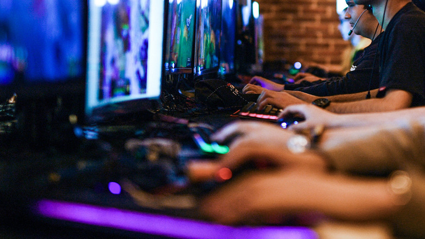 Киберспортсмен выиграл матч в Starcraft, используя двухметровую клавиатуру