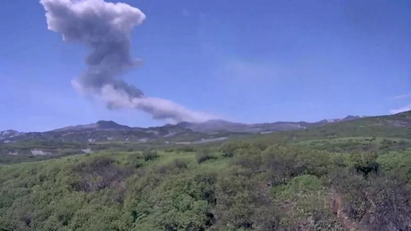 Вулкан Эбеко на Курилах выбросил три пепловых столба