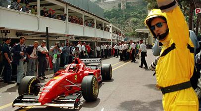 Михаэль Шумахер выезжает на трассу во время первой свободной практики на Гран-при Монако 1996 года