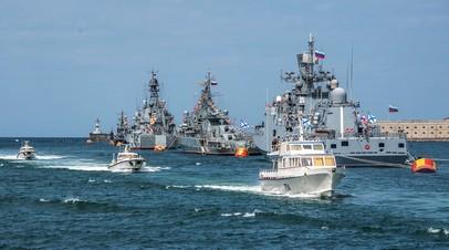 Корабли на рейде во время празднования Дня Победы в Севастополе