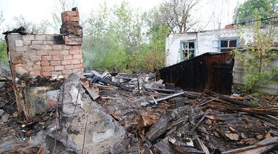 На месте сгоревшего дома в поселке Шахты 6-7 в Горловке. Утром 3 мая посёлок подвергся обстрелу из гранатометов и крупнокалиберных пулемётов