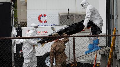 Медики с телом погибшего в Нью-Джерси, 6 мая 2020 года