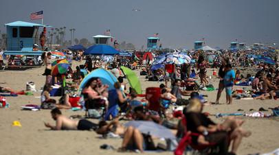 Отдыхающие на пляже в Калифорнии в День поминовения