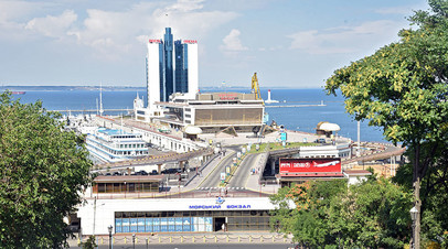 Вид на Одесский морской вокзал с Потёмкинской лестницы