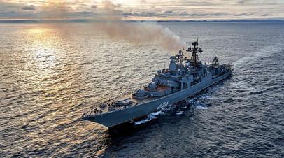 Большой противолодочный корабль Северного флота «Вице-адмирал Кулаков» в лучах заходящего арктического солнца