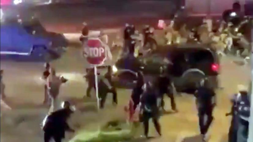 Автомобиль наехал на группу полицейских в ходе протестов в США
