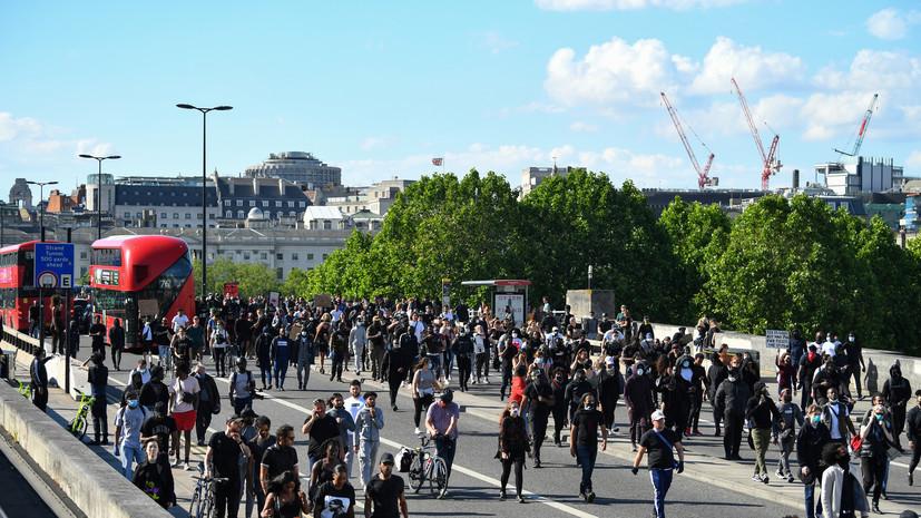 СМИ: Футбольные фанаты устроили беспорядки вместе с протестующими против расизма в Англии