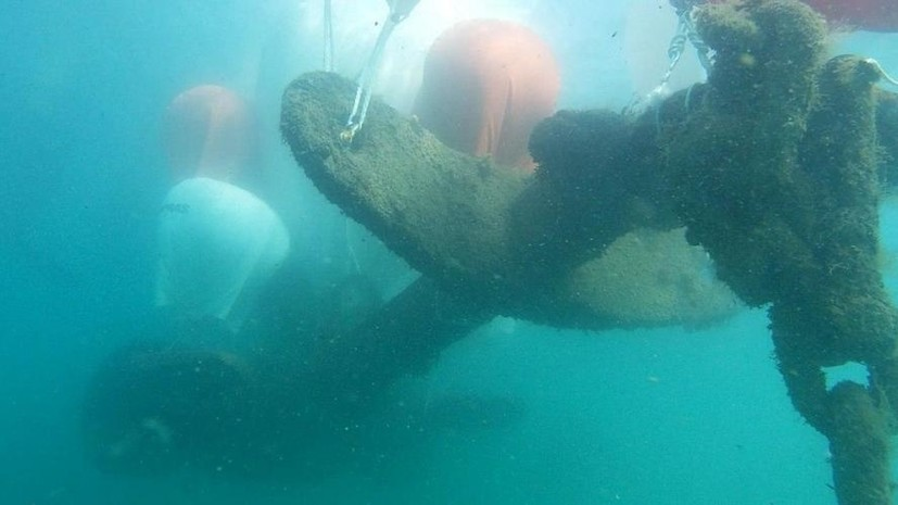 Спасатели подняли со дна Феодосийской бухты столетний якорь