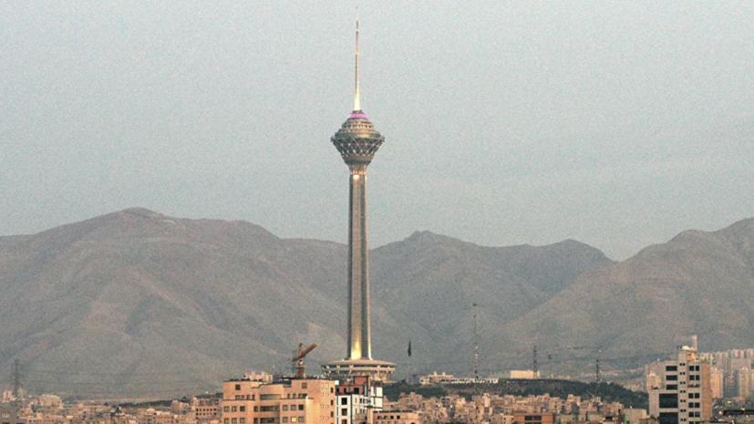 Оранжевая вспышка озарила ночное небо в Тегеране