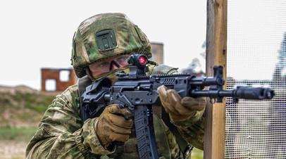 Военнослужащий РФ, вооружённый АК-12, на занятии по тактической стрельбе