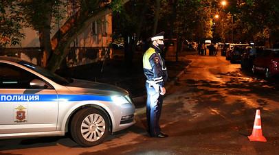 Сотрудник полиции возле дома на улице Строителей в Москве, где мужчина произвел несколько выстрелов из неустановленного оружия