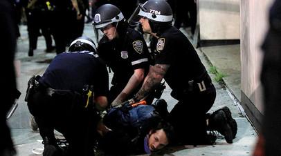 Полиция Нью-Йорка задерживает в Бруклине одного из участников протестов