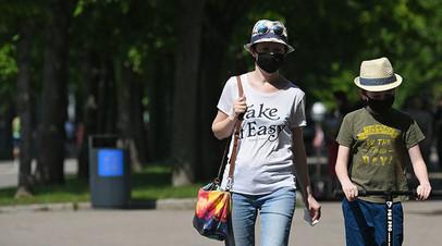Отдыхающие в Центральном парке культуры и отдыха имени Горького в Москве