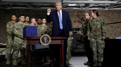Президент США Дональд Трамп с американскими военными