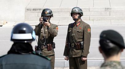 Солдат армии КНДР на границе в демилитаризованной зоне