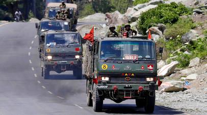 Колонна индийской армии движется по шоссе, ведущему в Ладакх, 18 июня 2020 года