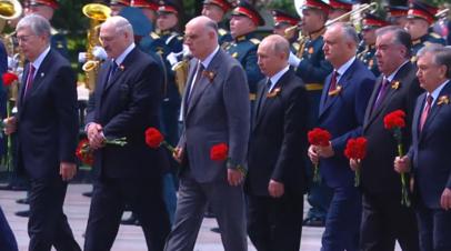 Владимир Путин и лидеры иностранных государств возложили цветы к Могиле Неизвестного Солдата — видео