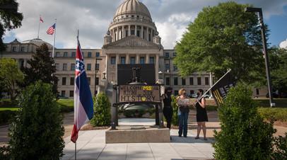 Протест с требованием изменить флаг штата Миссисипи