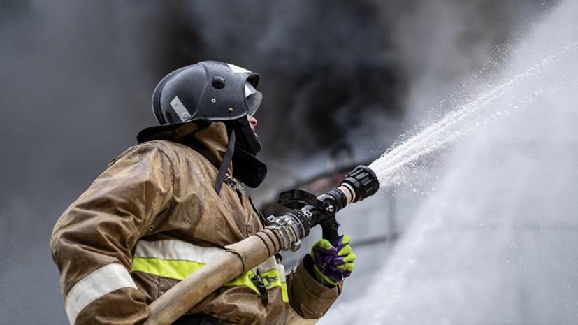 В Подмосковье горит ангар на площади более 2000 квадратных метров