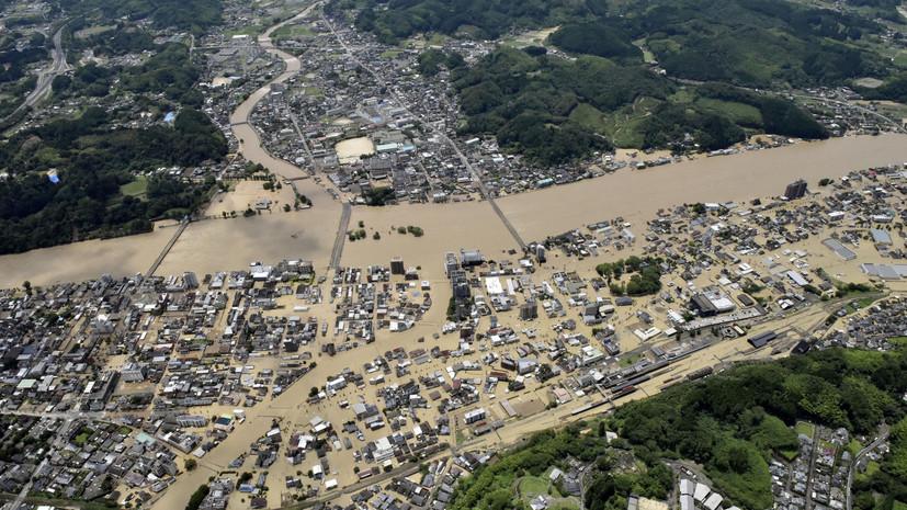 Более 10 человек пропали без вести на юге Японии после схода оползней