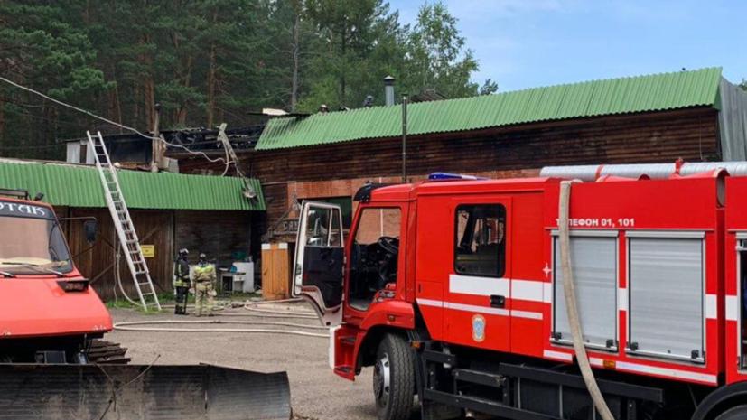 В Красноярске загорелась крыша кафе в гостиничном комплексе