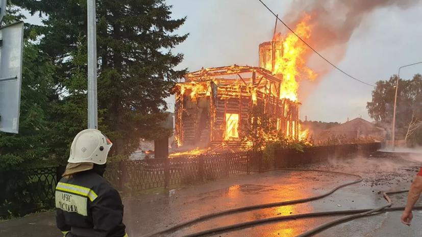 В МЧС назвали площадь пожара в деревянном храме под Томском
