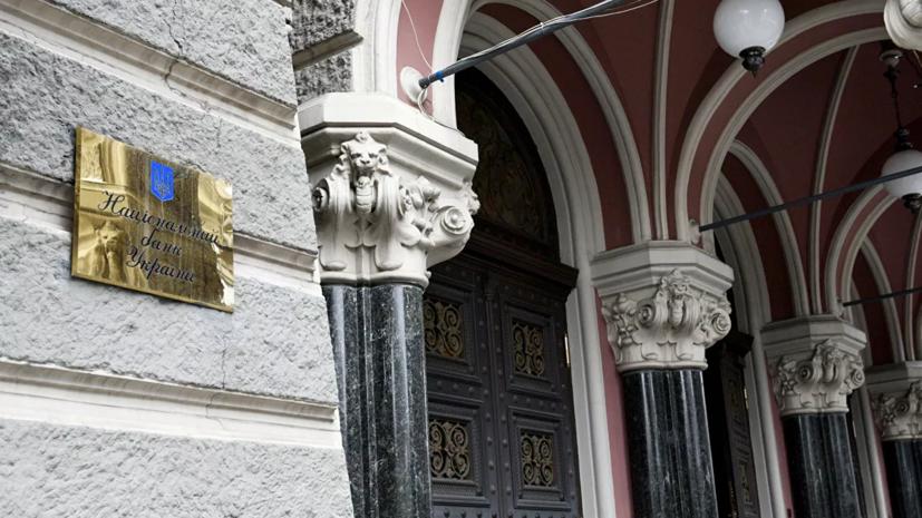 Неизвестные оставили гроб и венки в посёлке экс-главы Нацбанка Украины