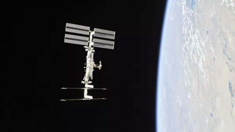 Высоту орбиты МКС снизили почти на километр