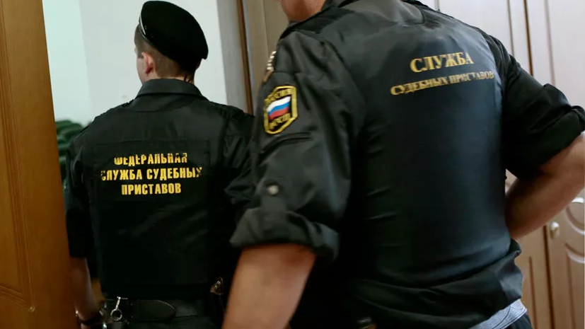 Жительницу Омска оштрафовали за нападение на пристава