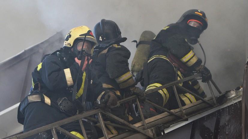 МЧС наращивает силы на месте пожара на складе в Подмосковье