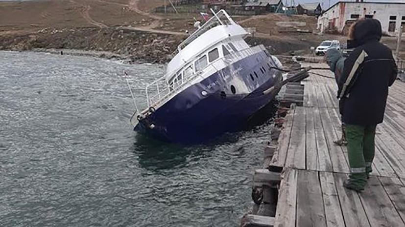 В Байкал попало топливо с накренившегося из-за шторма судна