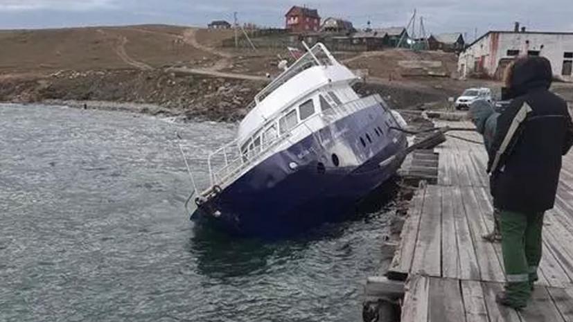 Разлив топлива с попавшего в шторм судна на озере Байкал локализован