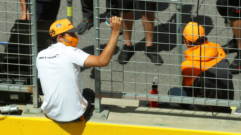 Пилот McLaren Сайнс заявил, что никто не заставит его встать на колено