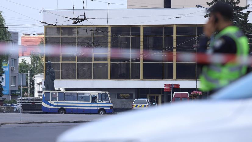 Трое заложников вышли из захваченного автобуса в Луцке